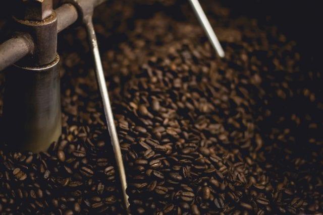 gerösteter Kaffee kühlt